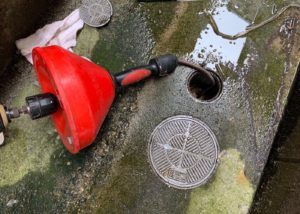汚水桝の汚れを除去
